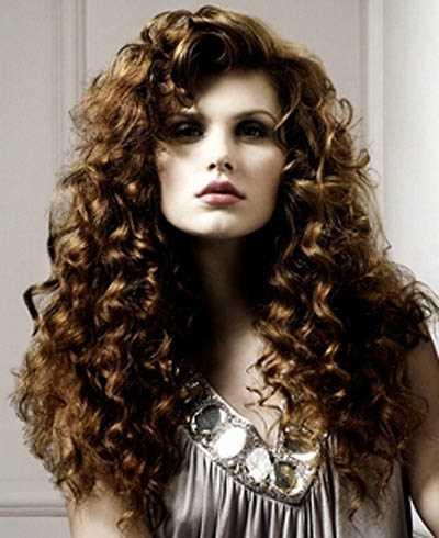 Фото кучерявою красуні - тільки правильний догляд за волоссям дозволить вам  забезпечити їх здоров я 5134620fb9b40